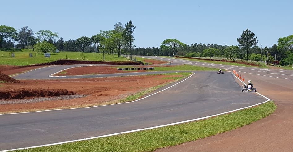 Más de 15 kartings entrenan en Oberá sobre el nuevo Kartódromo