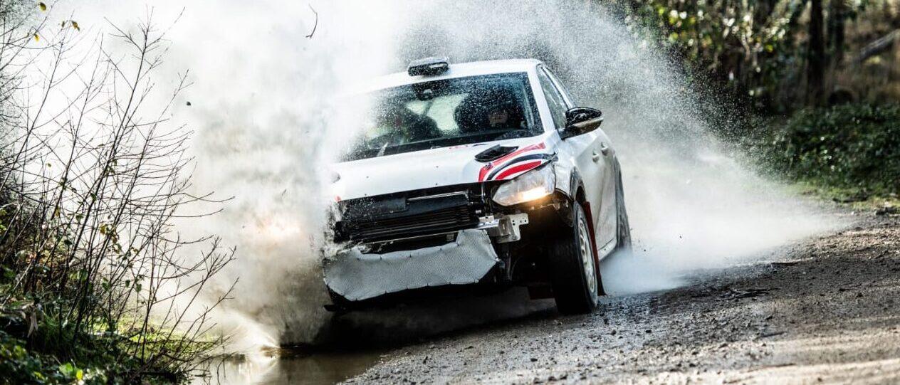 Gonzalo Weiss cumplió con 100 kilómetros de pruebas sobre un auto de rally en España